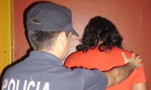 Sorprendieron a un hombre robando dentro de un auto en Jardín América