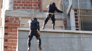 Personal del GOE y Bomberos se capacitaron en operativos de riesgo en alturas