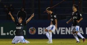 Racing cambió de libreto, encontró el gol y empató en Montevideo