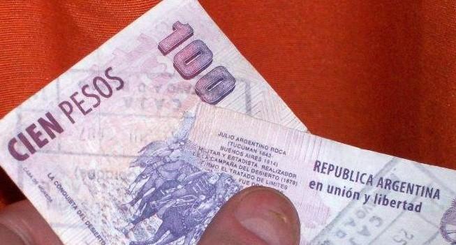 Detuvieron a dos jóvenes por intentar pagar en un boliche con dinero falso