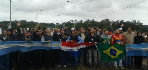 Taxistas de Argentina, Brasil y Paraguay cortaron el puente Tancredo Neves