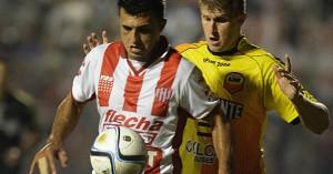 En el debut de Rambert, Crucero fue goleado 5 a 2 por Unión de Santa Fe y terminó con 9 jugadores