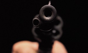 Lo amenazan con un arma de fuego para robarle el celular