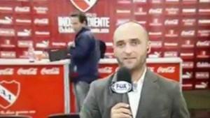 En la conferencia de prensa de Independiente-Boca, se robó una tablet y salió en vivo por Fox Sports