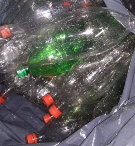 El Rotaract club de Villa Lanús realiza una campaña de reciclado de botellas de plástico para ayudar a la Biblioteca del barrio Sur Argentino