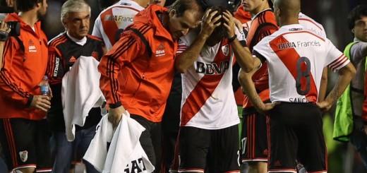 Super-escándalo: arrojaron gas pimienta a los jugadores de River y el partido se suspendió