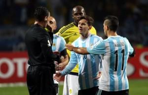 El insólito argumento del árbitro que dejó pegar de más a Colombia