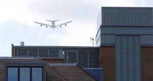 Voló 13 mil kilómetros escondido en el tren de aterrizaje de un avión y cayó sobre los techos de Londres