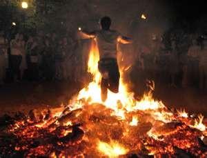 Harán el tradicional cruce de brasas en vísperas de San Juan en la parroquia San Miguel