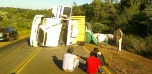 Volcó un camión y un motociclista quiso esquivarlo y terminó herido