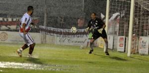 """Guaraní y el """"Albo"""" igualaron 0 a 0 en un partido imposible por las pésimas condiciones del campo de juego"""