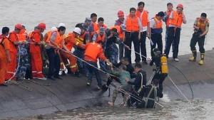 Se hunde un barco en China con cientos de pasajeros atrapados en su interior