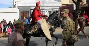 En Salta un militar desfiló con una piel de yaguareté y lo escracharon por Facebook