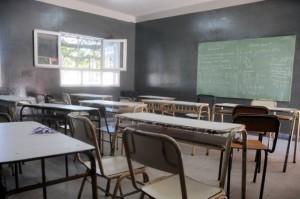 Una maestra ataba a sus alumnos al pupitre, la expulsaron