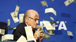 Video: el comediante que humilló a Blatter en plena conferencia de FIFA con una lluvia de dólares