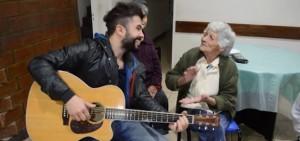 David Bolzoni enternecido al oír cantar a una abuelita del Hogar de adultos mayores de Alem