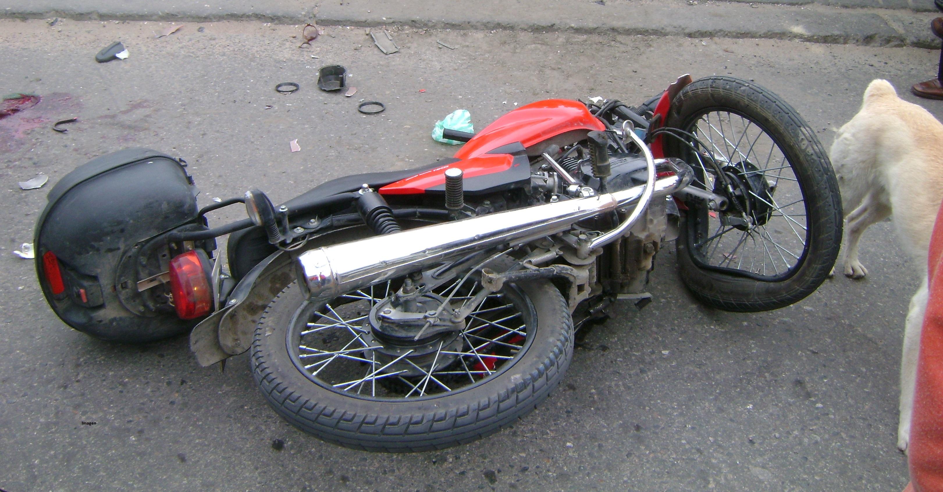Motociclista se fracturó ambas piernas en un accidente vial en Los Helechos