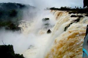 Imponente paisaje de Cataratas con mucha agua