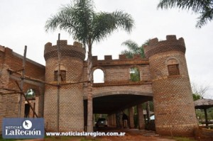 """La Granja de Casiano construye un """"castillo"""" museo como atractivo turístico de la zona sur"""