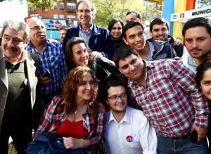 La candidata a vicepresidente de PRO, Gabriela Michetti, junto al candidato a diputado nacional Humberto Schiavoni y voluntarios