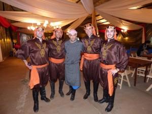 Alejandro Quesini (centro), presidente de la Colectividad Árabe de Oberá. A su derecha, Cristian Haberlih, director del ballet Haiat, de Rosario, junto a integrantes del ballet folclórico de esa comunidad.