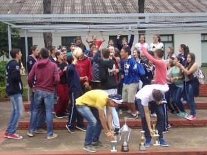 Una multitud recibió a los alumnos del Storni que salieron campeones en el torneo interliceos a Mendoza