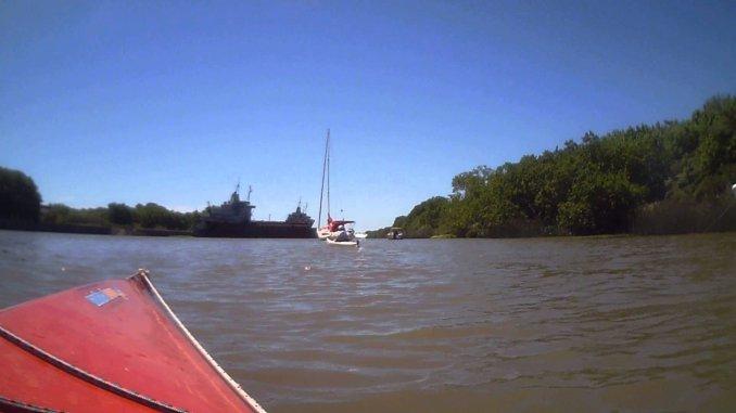Un hombre murió aplastado por dos barcos cuando sacaba fotos desde un kayak