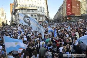 Autoconvocados de todo el país salieron a respaldar a Scioli y se solidarizaron con Francia