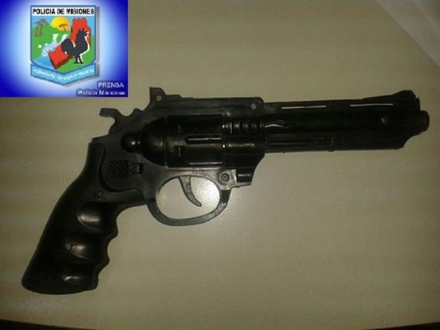 Detuvieron a un menor por amenazar a una mujer con un arma de juguete