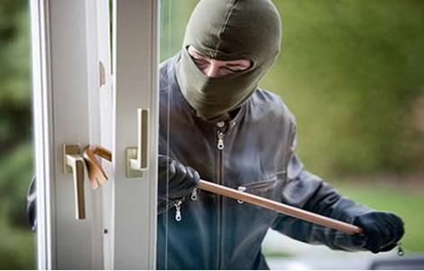 Montecarlo: delincuentes no pudieron robar en una casa pero atacaron a golpes a dos personas
