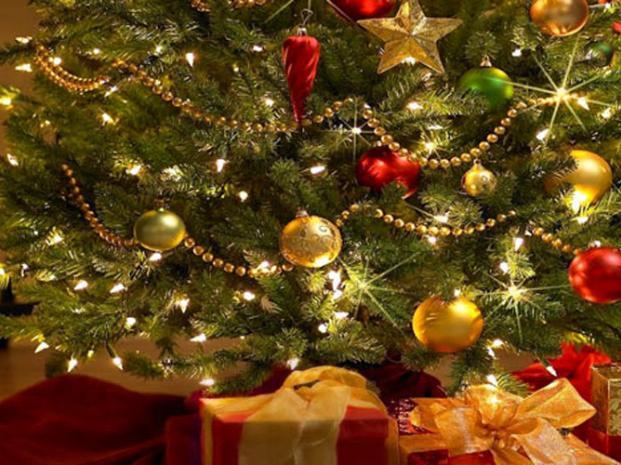 Armaba el arbolito de Navidad y murió electrocutado