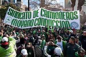 Camioneros amenaza con el primer paro del Gobierno de Macri si no recibe un bono de 8 mil pesos