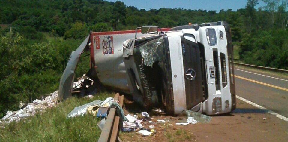 Despistó y volcó un camión con yerba en Cerro Azul