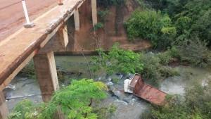 Grave accidente en la ruta 7: un camión cayó al arroyo Cuñá Pirú y hubo dos heridos