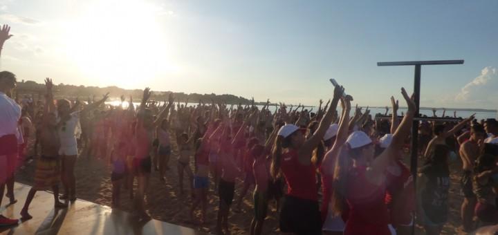 """En la puesta de sol, la """"zumba"""" hizo furor en otro gran domingo en la playa de El Brete"""