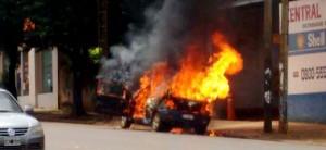 Un auto se incendió frente a un depósito de garrafas en Posadas