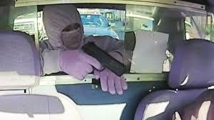Video: intentaba robar a un taxista, sin dejar rastros, pero se olvidó de un detalle