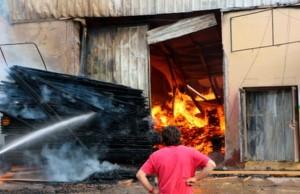 Incendio en la fábrica de resina Agroforestal Oberá  causó pérdidas millonarias