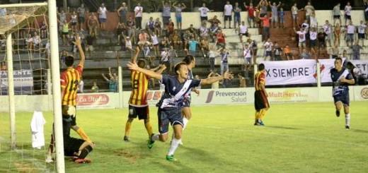 """Guaraní se sacó la """"mufa"""", goleó 3 a 0 a Sarmiento en Resistencia y por fin se acomodó en el Federal A"""