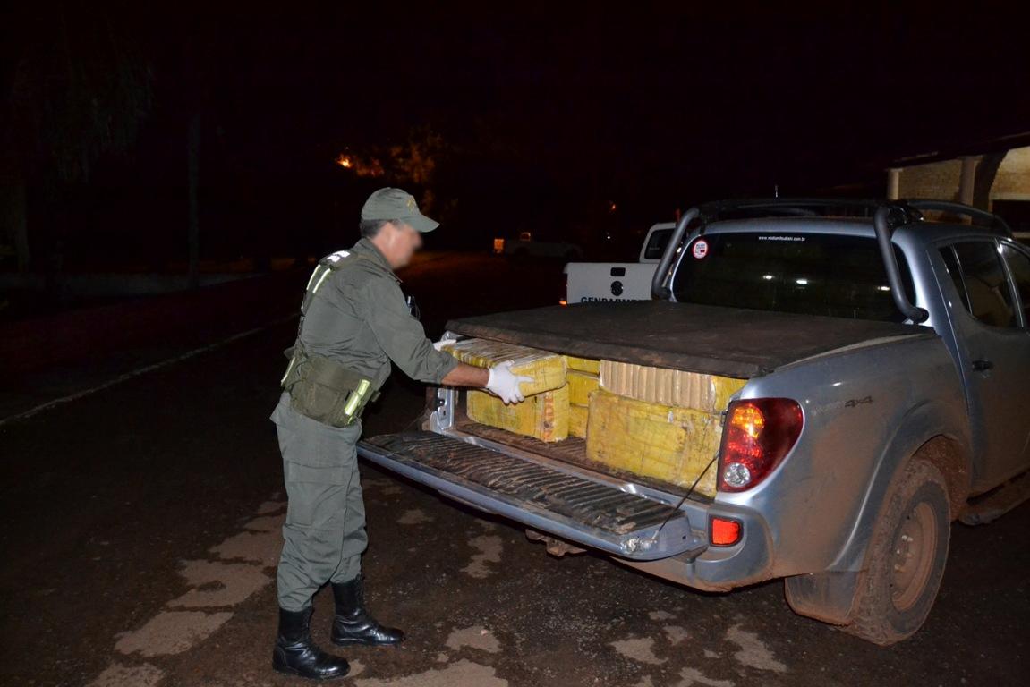 Narcos huyeron y dejaron abandonada una camioneta con mil kilos de marihuana