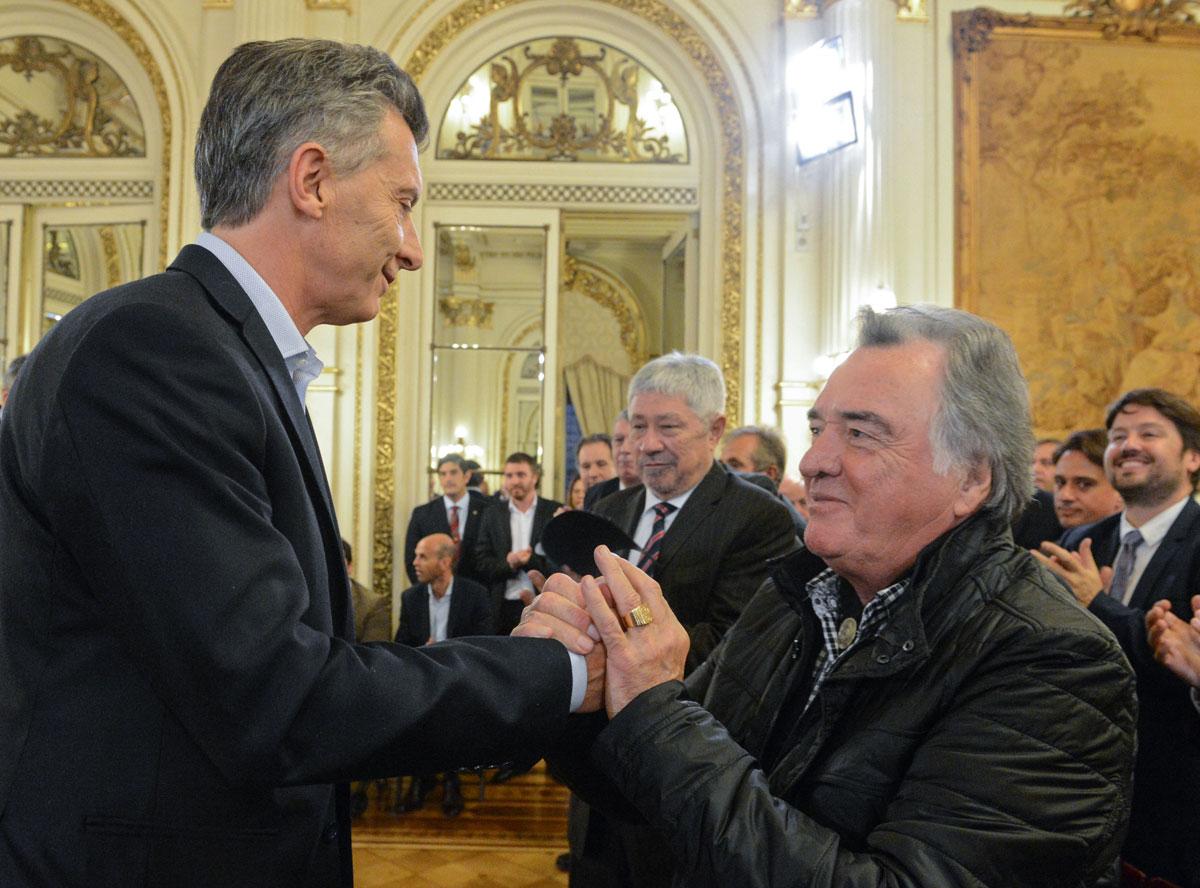 Macri se comprometió a bajar impuestos y devolver IVA al turista