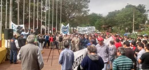 Cientos de madereros reclamaron mejoras salariales en Eldorado y Montecarlo