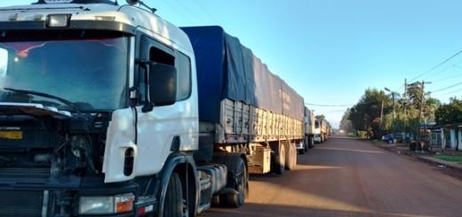 Extensa cola de camiones para cruzar la frontera en San Javier