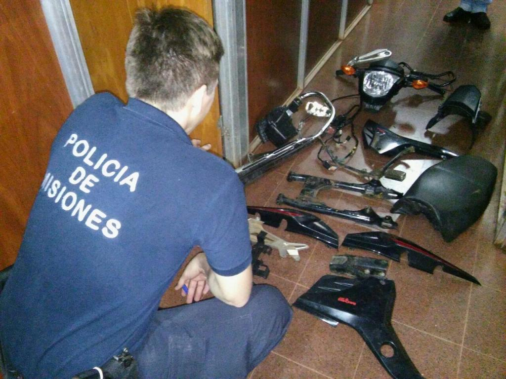 Atacó a tiros a un policía y luego descubrieron en su casa motopartes, armas y droga