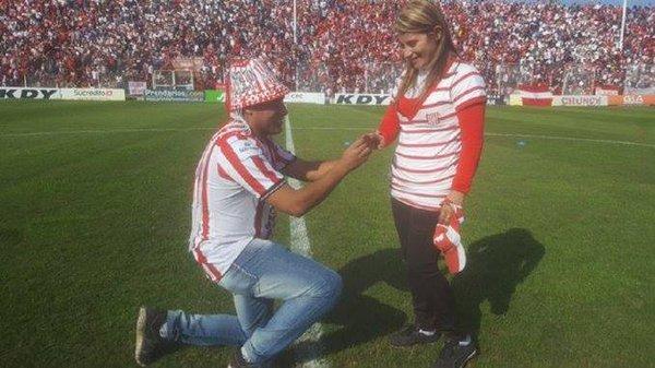 Antes del partido de Guaraní, un hincha de San Martín le propuso casamiento a su novia