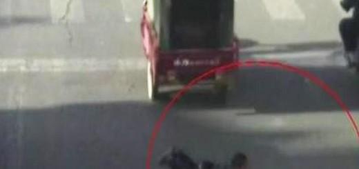 Video: se le cae el hijo de la moto y lo pisa un auto, mirá lo que pasó