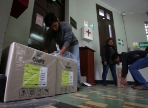 Perú va a las urnas en un balotaje reñido para elegir a su nuevo presidente