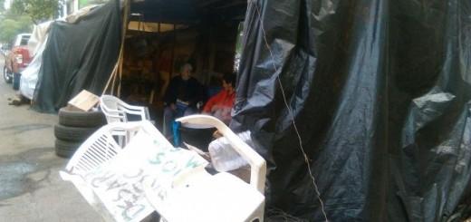 Desde el 17 de mayo relocalizados de la EBY mantienen cortada la calle frente a la Entidad en Posadas