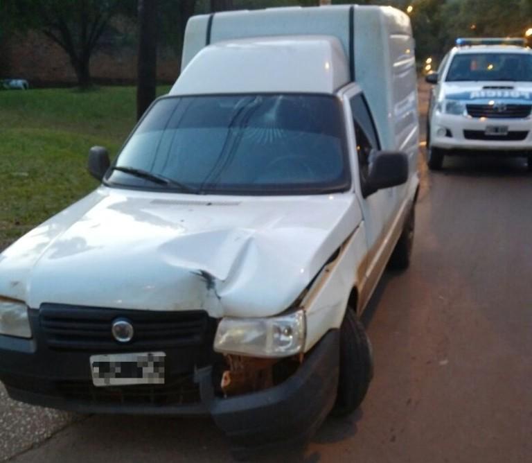 En Alem, un utilitario chocó contra un árbol y el conductor se dio a la fuga