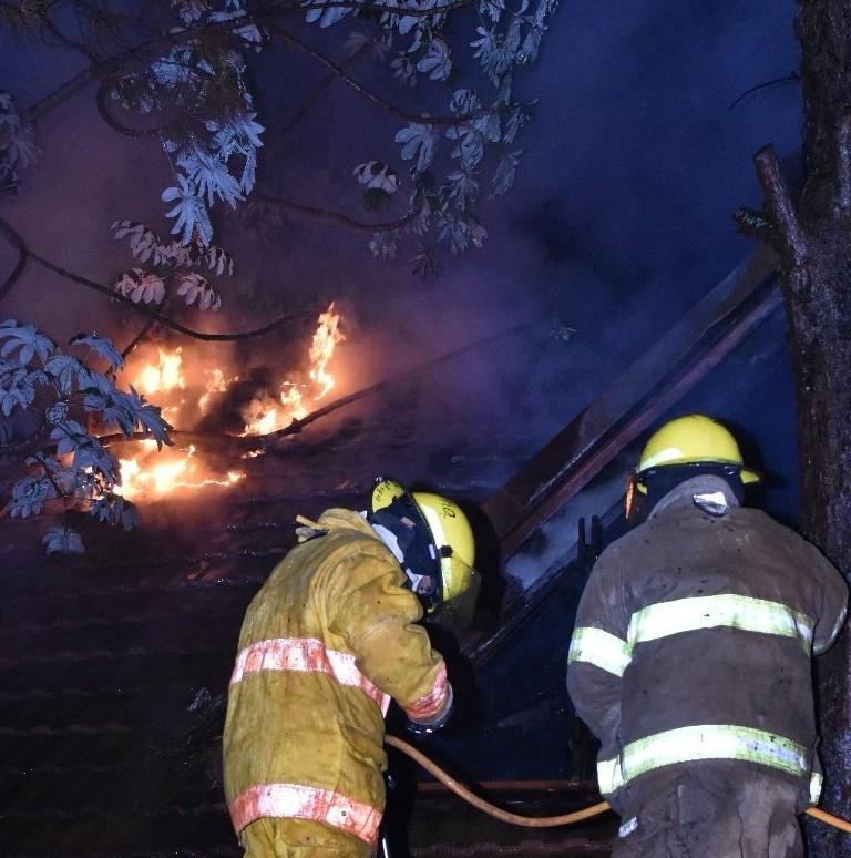 Incendios en Posadas: ardieron un depósito de colchones y una finca de la zona Oeste